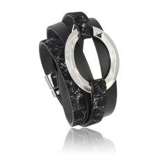 Bracciale in pelle nera conanello in ottone con finituraargento e chiusura in acciaio.