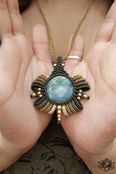 Pendentif en cristal belle macramé fait à la main en couleurs de vert, kaki, vert olive, laiton et beige cyprès de fil ciré. Ce pendentif dispose d'un magnifique cabochon en Labradorite rond clignotant et est orné de perles de laiton.  Longueur réglable  Dimensions de la pierre ronde 20 mm  Labradorite (également appelée parfois Spectrolite) est considérée par les mystiques comme une pierre de transformation et de magie. Il est dit, équilibre et protège l'aura, ainsi qu'une excellente Pierre…