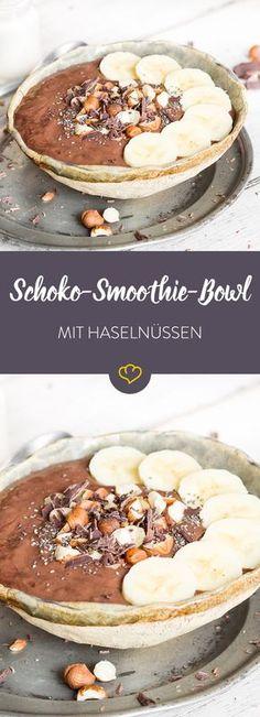 Schokolade zum Frühstück? Nichts leichter als das! In Kombination mit Haselnüssen und Chia-Samen verwandelt sie sich in Windeseile zu einer Smoothie Bowl.