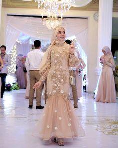 Inspirasi outfit kondangan – N&D – Hijab Fashion 2020 Model Kebaya Brokat Modern, Kebaya Modern Dress, Kebaya Dress, Dress Pesta, Hijab Evening Dress, Hijab Dress Party, Dress Brukat, Dress Outfits, Muslim Gown