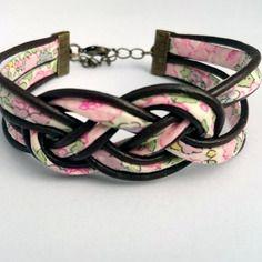 Bracelet noeud marin de huit en cuir marron foncé et liberty fleuri rose.