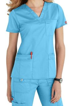 Dickies Gen Flex scrubs are great for all nurses. Man or women, short or tall, thin or pregnant, these Scrubs and Beyond scrubs will keep you comfortable and organized! Scrubs Outfit, Scrubs Uniform, Stylish Scrubs, Medical Scrubs, Nursing Clothes, Scrub Tops, Costume, Sporty Look, V Neck