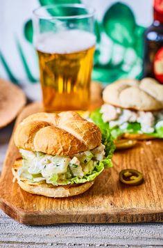 A vasárnapi ebédről megmaradt sült csirke – sőt bármilyen maradék csirke – legtutibb felhasználási módja. Végtelen módon variálható és egy friss bagettel egyszerűen abbahagyhatatlan. Egy megunhatatlan klasszikus az USA-ból. Tasty, Yummy Food, Salmon Burgers, Hamburger, Sandwiches, Clean Eating, Food Porn, Food And Drink, Dishes