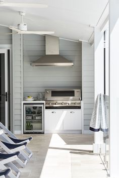 A neutral colour palette and Scyon Linea weatherboards are key for achieving a modern coastal look. : A neutral colour palette and Scyon Linea weatherboards are key for achieving a modern coastal look. Outdoor Kitchen Bars, Patio Kitchen, Outdoor Kitchen Design, Patio Design, Outdoor Kitchens, Outdoor Oven, Cheap Kitchen, Outdoor Areas, Outdoor Rooms