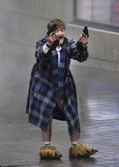 PsBattle: Daniel Radcliffe in the film Guns Akimbo Harry Potter Curses, Magia Harry Potter, Harry Potter Draco Malfoy, Harry James Potter, Harry Potter Pictures, Harry Potter Fandom, Harry Potter Characters, Estilo Harry Potter, Mundo Harry Potter