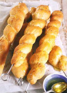 Resep: Stokbrood met dukkah-kruiebotter Hot Dog Buns, Hot Dogs, Braai Recipes, Bread, Food, Essen, Buns, Yemek, Breads