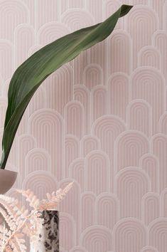 Questa carta da parati retrò è caratterizzata da una varietà di archi in bianco e rosa scuro e ha un effetto stimolante sia sugli occhi che sui pensieri. Morbido e leggero come lo zucchero filato, il motivo a rilievo accarezza i sensi. Art Deco Wallpaper, Retro Wallpaper, Wallpaper Samples, Pattern Wallpaper, Pale Pink Wallpaper, Motifs Art Nouveau, Motifs Roses, Art Deco Stil, Candy Floss