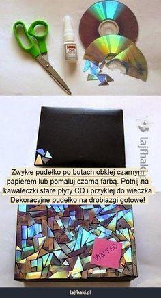 Jak zrobić pudełko na drobiazgi? - Zwykłe pudełko po butach obklej czarnym  papierem lub pomaluj czarną farbą. Potnij na  kawałeczki stare płyty CD i przyklej do wieczka. Dekoracyjne pudełko na drobiazgi gotowe!