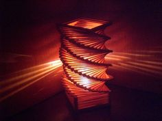 Luminária feita de palitos de picolé.