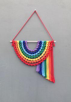 Macrame Design, Macrame Art, Macrame Projects, Crochet Projects, Macrame Wall Hanging Patterns, Macrame Patterns, Crochet Capas, Rainbow Decorations, Rainbow Wall