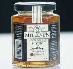 Honing met de Ierse Jameson Whiskey van Mileeven Een vloeibare honing waar de echte bekende Ierse whiskey aan is toegevoegd. De whiskey van Jameson is zacht en aangenaam van smaak en in combinatie met honing in te zetten voor tal van gerechten. Als bereiding voor een dressing, als marinade voor het lamsvlees of lekker in de thee.