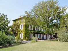 This impressive house is situated amidst vineyards and offers spacious, comfortable holiday accommodation.
