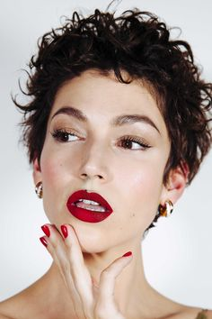 Many peoples are searching for Ursula Corbero Hairstyles or we can say Tokyo Money Heist Hairstyles. Short Curly Pixie, Short Curly Hairstyles For Women, Long Wavy Hair, Curly Hair Cuts, Short Hair Cuts, Curly Hair Styles, Grunge Hair, Hair Goals, New Hair