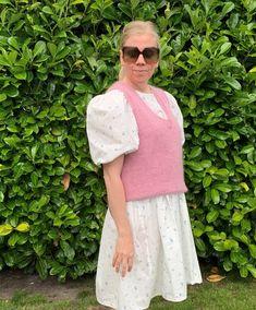 En strik vest passer til den danske sommer over en oversized blomstret kjole med pufærmer #pufærmer #stockholmslipovervn Birkin, Stockholm, Lace Skirt, Cardigans, Vest, V Neck, Skirts, Fashion, Moda