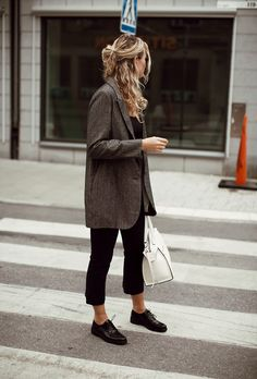 Visual Guide to the 47 Sleekest Minimalist Fashion Outfits We've Ever Seen An oversized blazer feels chic and minimalist over a simple pair of black trousers.An oversized blazer feels chic and minimalist over a simple pair of black trousers. Fashion Mode, Moda Fashion, Womens Fashion, Fashion Trends, Fashion Ideas, Trendy Fashion, Fashion Black, Street Fashion, Fashion Styles