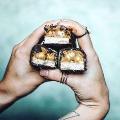Homemade chocolate bars 🍫 (📷: @sobeautifullyreal) #beautifulcuisines
