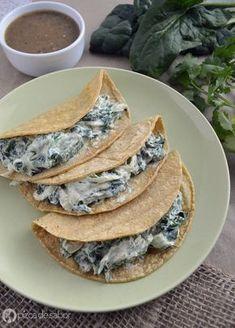 Tacos de requesón con poblano y espinaca. Una deliciosa opción de tacos vegetarianos ya sea para comer, cenar o desayunar. Una especie de rajas con crema pero más cremosa y con más vegetales.