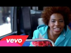 "Macy Gray - I Try ""my world crumbles when you are not here"" *twinkle*"