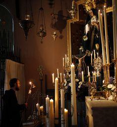 Kaarsen, kaarsen en nog meer kaarsen. Warfhuizen staat er bekend om House Of Gold, Morning Star, Holland, Catholic, Chandelier, Ceiling Lights, Candles, Home Decor, Hail Mary