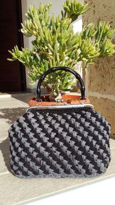 6-Crochet bag in velluto nero e grigio, con manico simil bamboo e chiusura clic clac, con fodera in raso grigia e tasca interna