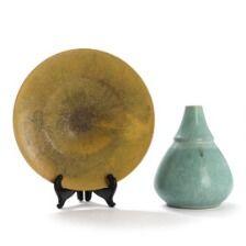 1648/873 - Jacob Bang: Vase og fad af stentøj, dekoreret med hhv. turkis og gullig glasur. Vase H. 17. Fad Diam. 22,5. (2)