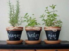 Pintar vasos com tinta de giz para escrever nome de ervas aromaticas