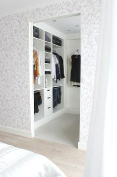 Walk In Closet Ideas - Trying to find some fresh ideas to renovate your closet? Visit our gallery of leading high-end walk in closet design ideas and photos. Walk In Closet Size, Walk In Closet Design, Bedroom Closet Design, Closet Designs, Master Bedroom Closet, Small Walk In Wardrobe, Small Walk In Closet Ideas, Small Walkin Closet, Master Suite