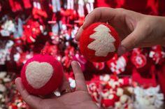 Decoremos bolas de Navidad con lana cardada