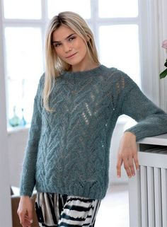Sweater med hul- og fletmønster - strikkeopskrift