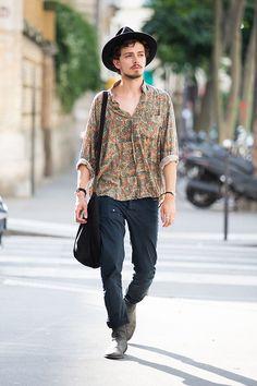 Découvrez les meilleurs looks de rue pris sur le vif par Jonathan Daniel Pryce à la sortie des défilés homme printemps-été 2016 à Paris.