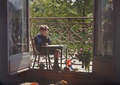 Pierre Gain en élève studieux au balcon, vers 1909, Gustave Gain, autochrome