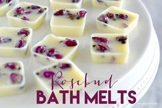 Um, I kinda& love these gorgeous bath melts. The dried mini-rose buds give them an extra feeling of love and romance. There& something so luxurious about adding skin-moisturizing melts to your bath. Bath Bomb Recipes, Soap Recipes, Diy Cosmetic, Deli News, Bath Melts, Lotion Bars, Homemade Beauty Products, Valentine's Day Diy, Home Made Soap