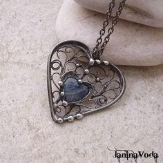 ...Julianna+HeaRT...náhrdelník+Cínovaný+patinovaný+náhrdelník+ve+tvaru+srdce+ze+sodalitu. +Šperk+je+patinovaný,+leštěný+a+ošetřený+antioxidačním+přípravkem.+Velikost+šperku:+dělka+4,5cm,+šířka+4,5cm+Použitý+materiál:+pocínovaný+měděný+drát,+bezolovnatý+pájka+-+cín+se+stříbrem. +Šperk+je+zavěšený+na+řetízku+s+povrchovou+úpravu+gun+metal+o+délce+cca...