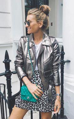 Street style look com jaqueta metalizada.