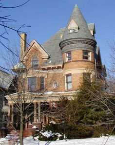 Victorian Houses: Learn about Home Styles Popular from 1840 to red brick Queen Anne Style Beautiful Buildings, Beautiful Homes, Victorian Style Homes, Victorian Life, Victorian Ladies, Victorian Decor, Edwardian Era, Victorian Gothic, Victorian Architecture