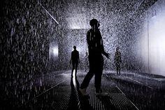 Marcher sous la pluie sans se mouiller avec la Rain Room / MoMA / collectif Random International
