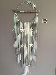 Un sublime attrapes-rêves réalisé entièrement à la main à partir de bois flotté naturel du lac Léman et de plumes naturelles. Finement travaillé et agrémenté de divers plumes, rubans, accessoires, perles en bois et céramique. Il présente également des étoiles en posées sur le cercle.
