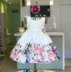 Um sonho!!  ÚLTIMO tam 1 ano! Baby Girl Party Dresses, Little Girl Dresses, Baby Dress, Girls Dresses, Flower Girl Dresses, Kids Frocks, Frocks For Girls, Fashion Kids, Kids Dress Wear