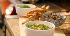 Luchtige, krokante 'soepstengels' met drie fantastische dips – een perfect aperitiefgerecht. Tapenade, Camping Meals, Yummy Appetizers, Bruschetta, Boutique, Hummus, Pesto, Green Beans, Snacks