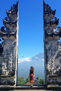 Bali is zo prachtig met zijn vele tempels, kastelen en prachtige natuur! Wil jij ook een keer de schoonheid van Bali gaan ontdekken? Twijfel dan niet te lang en doe het gewoon een keer  Iedereen wil toch zulke mooie foto's maken?  https://ticketspy.nl/deals/super-deluxe-naar-bali-vlieg-met-klm-en-overnacht-een-prachtig-4-hotel-va-e599/
