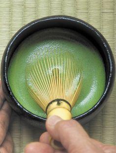 宇治茶の老舗、丸久小山園。ここでいただいたお茶の香りと緑の美しさに感激しました。口にふくむととろりと甘い。宇治では、お茶を「練る」というそうです。【GOETHE編集長 舘野晴彦】  http://lexus.jp/cp/10editors/contents/goethe/index.html  ※掲載写真の権利および管理責任は各編集部にあります。LEXUS pinterestに投稿されたコメントはLEXUSの基準により取り下げる場合があります。
