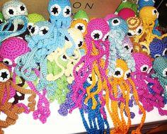 Lonkero-otuksia työpaikan pöydällä. #työkaverit #työyhteisö #tekee #hyvää #yhdessä #virkkaus #crochetersofinstagram #crochet #turvalonkerot #työhyvinvointi #turvalonkeroitakeskosille by nasukatti