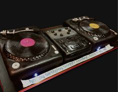 turntable--dj-cake by debbiedoescakes, via Flickr