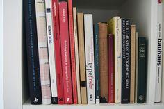 Una de las principales inquietudes de cualquier estudiante de tipografía, es conseguir una bibliografía que le permita obtener una visión, lo más amplia posible, del contenido de la asignatura y que se configure además como una herramienta básica de consulta. Así que dicho y hecho... aprovechando una de nuestras reuniones de los Lletraferits, conseguimos redactar…