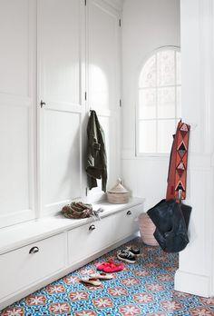 Snygg garderob. Opraktiskt med sittbänk frf?