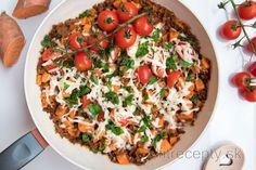 Panvička s mletým mäsom a sladkými zemiakmi v paradajkovej omáčke   fitrecepty.sk Tofu, Vegetable Pizza, Cobb Salad, Smoothie, Salads, Vegetables, Recipes, Fit, Petra