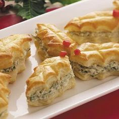 Puff Pastry Holly Leaves. I made them for New Year's Eve, and hey we're delicious. To refrigerate, you better have the filling and the leaves separate, or they'll become saggy.