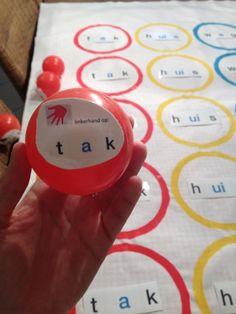 Lingo-twister: de leerlingen kennen ongetwijfeld het spelletje 'twister'. Deze versie kan je wekelijks in je hoekenwerk integreren met de nieuwe woorden die ze aanleren. 1 leerling grabbelt in de ton naar een balletje en leest wat er opstaat. De andere leerlingen voeren uit. Verder tellen de spelregels van Twister. Er is ook een roze wisselbal in het spel, dan mag een andere leerling grabbelen en starten we opnieuw. Veel plezier!! 😊