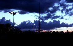 Pôr-do-sol de Brasília. A Torre de TV contrasta com céu único da cidade.