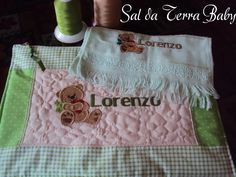 Kit toalha de boca e porta documentos infantil personalizados. www.saldaterrapatchwork.blogspot.com face: Renata Deichsel fanpage: Sal da Terra